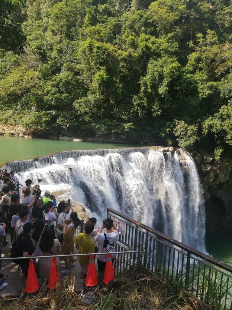 十分瀑布と大勢の観光客